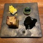 127503631 - 右下の黒い物は名物の平目。パリパリ昆布が纏っており、ねっとりとした平目の旨みと昆布の味わいが絶妙
