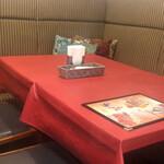 マハラジャ - 左奥コーナーのテーブル席