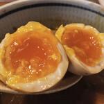 麺屋 蕃茄 - 完璧な茹で具合(^。^) 黄身の割合が多い美味しい味玉。