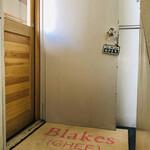 BLAKES - 小さなビルの2階にある入り口