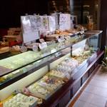 杵屋 - 店内(いろんな和菓子・・・)