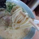 一番星 - 麺は中麺ストレートで、エッジのあるスクエア断面、中低加水率チョイヤワ