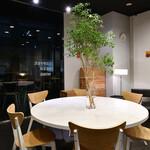 カフェ エ アペロ - 丸テーブル