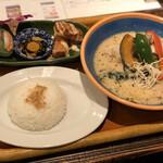 コロニアルキッチン - 骨付きチキンと野菜のグリーンカレー