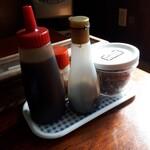 アライ - ソース、醤油、一味唐辛子に潮吹き梅干のシンプルな卓上セット