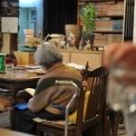 けらら - お店のマスコット、可愛らしいおばあちゃん