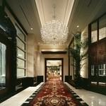 ホテル ラ・スイート神戸ハーバーランド - 赤い絨毯と大きな装花、シャンデリアが目に飛び込むロビー