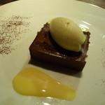 リョーモン - グランマルニエ風味のチョコレートケーキ 蜂蜜のアイスクリーム添え