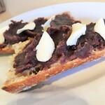 127617158 - 自慢のフランスパンに餡とバターがたっぷり