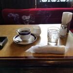 珈琲専門館 伯爵 - テーブル・雰囲気。