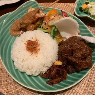 アユンテラス - ナシチャンプール(パダン風牛肉のスパイス煮,サテ,バリ風野菜炒め,他)