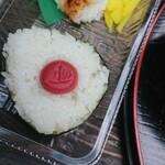 美芳野庵 - おにぎりは、梅と昆布。食べてる途中・・・