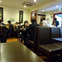 中華美食旭亭-四角いテーブル席だけのよーですな。円卓は見当たらず。