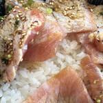 Isohamagyogyou - マグロトロ炙り丼のアップ