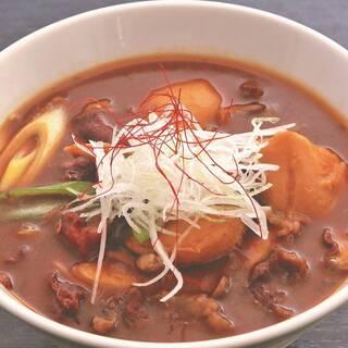 名物⽶沢⽜芋煮カレーうどん。⽶沢⽜を郷⼟料理でも楽しめます!