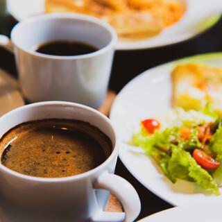 挽きたての香り高いコーヒーと味わう、バラエティ豊かなスイーツ