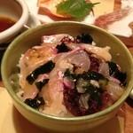 えん家 - 鯛飯完成版。鯛をダシにくぐらせ飯に載せ、タレを適度にかける