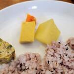 127667945 - 付け合わせは炒め長ねぎの玉子焼き ・大根と人参の高野豆腐のスパイス煮