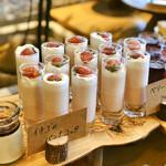 NAAK CAFE - いちごのパンナコッタ@もっちりとした苺パンナコッタ、苺ムース、生クリームの3層
