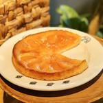 NAAK CAFE - リンゴのタルト@フィナンシェのような生地にりんごコンポートを焼きこみ甘くナパージュ