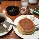 小野珈琲 - 所狭しのテーブル