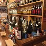 壱 - お酒いっぱいのカウンター