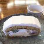 菓子工房 アンシャンテ - 料理写真:プリンアラモードロール438円。それぞれの味わいも良く、一体感もあり、とても美味しくいただきました(╹◡╹)