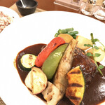 ochanomizuogawaken - グリル野菜添え ハンバーグステーキ(デミソース)(240g)。