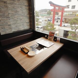 鶴岡八幡宮に続く参道と二の鳥居が目の前の窓側のお席は大人気!