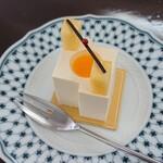 127696716 - ミストラル。トロピカルフルーツのムース、桃のゼリーのケーキ600円。お皿に映えるね。