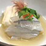 季節料理 藤 - 細魚の酢の物。木の芽の香りが好き。付け添えは山芋と茗荷、菜の花でした