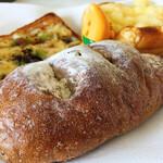 小麦工房 パン屋さん - ミートボールって書いてる棚から取ったパン 中身はミートボールじゃなくて、クルミとチーズですた