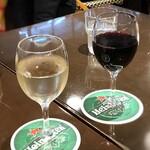 オー バカナル - 赤ワイン(500円)と白ワイン(500円) 私は白ワインを頂いたのですが、口当たりが良く味わいも好みでした。