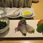 小松庵総本家 - 右:海老芋の旨煮とスナップエンドウ 中:鯛の昆布締め菜の花巻き 左:ほうれん草の胡麻和え