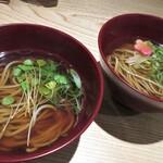 小松庵総本家 - 温蕎麦 手前は北海道産 奥は栃木県産 蕎麦の太さが違いますよ