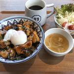 CAFE R9 - 焼鳥丼サラダスープ付き。ランチタイムはホットコーヒー160円+税。