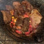 炭火焼ホルモン 豚珍館 - 炭火がいい感じでした。