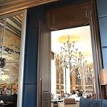 セント レジス ホテル - 奥にはイタリアンレストランがある