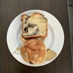 ブーンベーカリー - 料理写真:シナモンパン(上)、レーズンクリームチーズ(下)