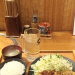 Nikunoyamakin - 「やま金トンテキの大盛200g(お腹いっぱい)@980円(税込)」を注文。 熟成三元豚のトンテキ(ご飯、味噌汁付き)です。