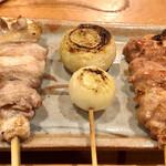 127782959 - かしわ(腿肉)の食べ比べ。名古屋コーチンは塩、薩摩赤鶏はタレで。