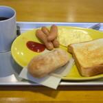 127797376 - モーニングセット 850円 の揚げパン、トースト、スクランブルエッグ、ウインナー