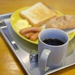 127797389 - モーニングセット 850円 の揚げパン、トースト、スクランブルエッグ、ウインナー