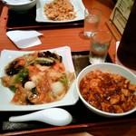四川亭 - ランチの五目焼きそばと麻婆丼のセット(850円)です