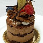 メゾン・ド・キタガワ - チョコの中にベリーが使われていて、トッピングにもベリーが載っています♪
