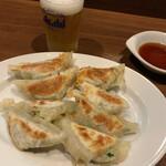 ぎょうざの店 黄楊 - 料理写真:餃子とビール