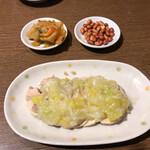 台湾料理 桃園 - 蒸し鶏の油ソース掛け、ザーサイ、ピーナッツ