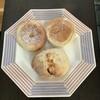 チガヤ - 料理写真:イングリッシュマフィンアップル(左)、プレーン(右)、オレンジピールとホワイトチョコレートのパン(下)