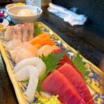 魚屋の寿司 東信 - 刺身だけでお腹いっぱいになります( ̄▽ ̄)