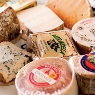 厳選のチーズとワインが楽しめる